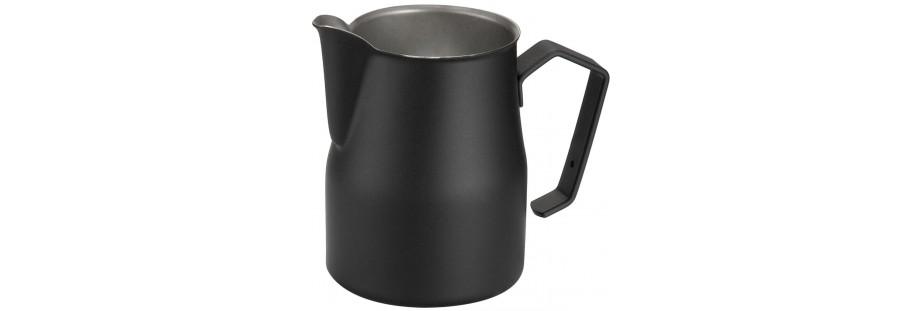 Džezva na kávu a konvička na šlehání mléka